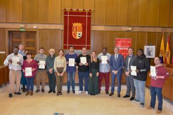 Los estudiantes han realizado prácticas laborales en el consistorio torrejonero reciben sus diplomas