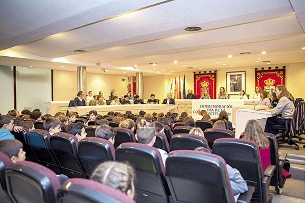 Los alumnos del 5º y 6º de los colegios Rosalía de Castro y El Tejar han trasladado a los concejales sus dudas sobre seguridad y limpieza