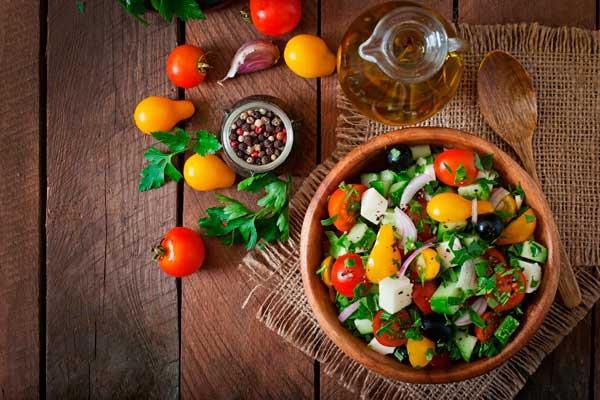 Atractiva, apetecible y nutritiva. El mundo de las ensaladas es un espacio con grandes combinaciones y muchos sacrilegios, aprende cómo confeccionar tu ensalada ideal