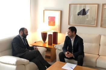 El alcalde de la ciudad, Ignacio Vázquez, se reunió ayer con el consejero de Economía, Manuel Giménez