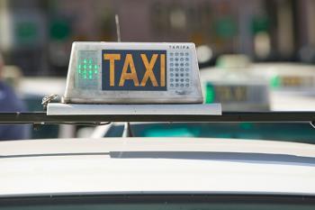 El sector del taxi decidió este sábado en una asamblea multitudinaria convocar un parón total en el servicio