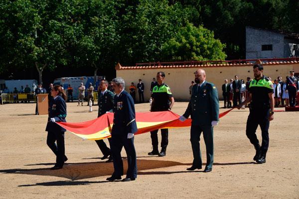 Más de 400 civiles participaron en el acto de jura a la bandera de España