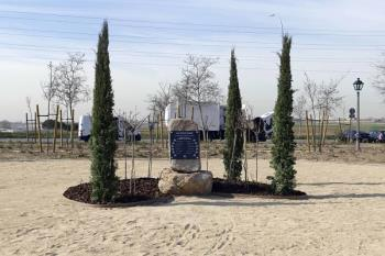 El parque, que será sostenible económica y medioambientalmente, rinde homenaje a Las Trece Rosas con un monolito