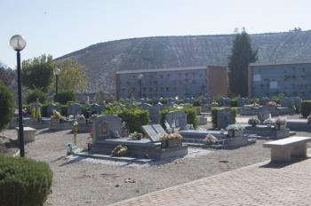 """Los cementerios de Alcalá homenajean a las personas enterradas con """"El atardecer de las luces"""""""
