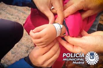 La Policía Municipal de Madrid agotó el primer lote de 10.000 pulseras, tras repartirlas en zonas de gran afluencia de gente durante el pasado puente