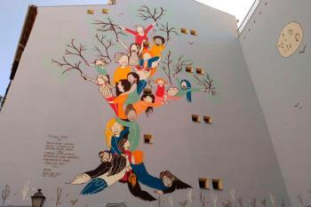 La artista Raquel Riba Rossy ha sido la encargada de realizar esta obra en la calle Humilladero