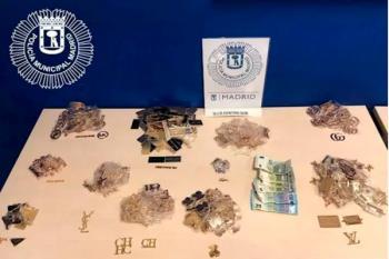 La Policía Municipal ha incautado 780 distintivos y placas en una tienda de Lavapiés