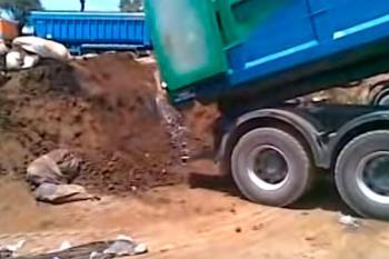 Un diputado de Podemos ha publicado un vídeo en el que se aprecia cómo un camión descarga las pilas en el suelo del vertedero