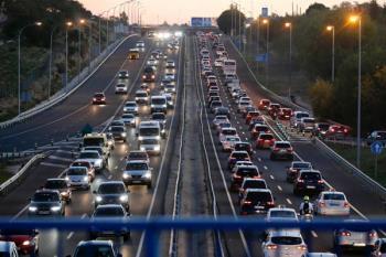 El Ejecutivo tomará medidas para acabar con los atascos de la carretera M-607 y mejorar el servicio de trenes de cercanías