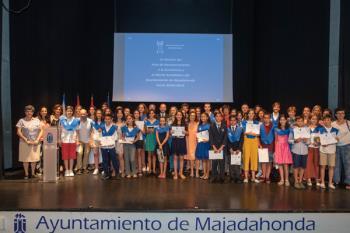 Estudiantes de Primaria y Secundaria reciben una mención por su rendimiento