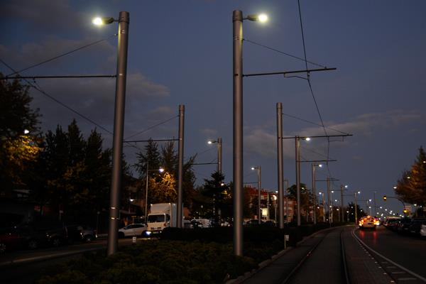 Metro Ligero se ilumina al pasar por el área urbana de Boadilla del Monte