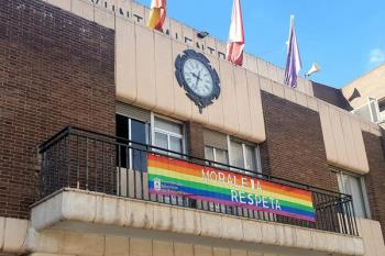 Se ha colocado la bandera del arcoiris en el Ayuntamiento con el lema 'Moraleja respeta'