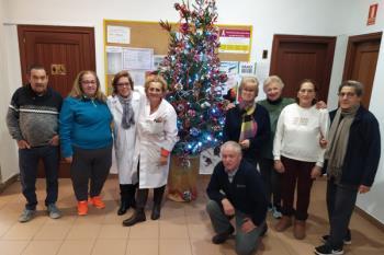 El Centro de Mayores Antonio Machado ya ha decorado su árbol de Navidad