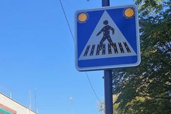 Villaviciosa ha puesto nuevas señales de paso de cebra con luz intermitente para anticipar con más antelación a los conductores