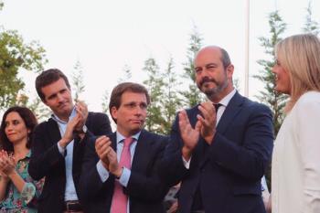 """El alcalde de Madrid ha acudido al acto de homenaje en """"un distrito especialmente castigado"""""""