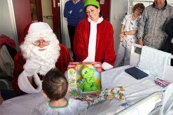 Visitará a los niños allí ingresados y, acompañado por el alcalde, repartirá un centenar de regalos