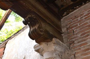 El edificio de la Calle Nebrija data del S XVI y conserva un interesante patio de columnas