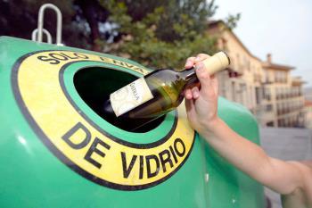 El ayuntamiento ha iniciado una campaña para el reciclaje de envases de vidrio y plástico