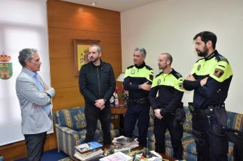 """El alcalde ha recibido a los cuatro efectivos y les ha felicitado por su """"rápida y eficaz intervención"""""""