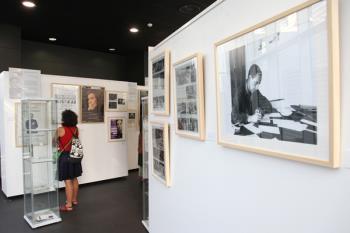 La Fundación Miguel Delibes ha organizado una muestra con cartas, reseñas y ediciones de la obra