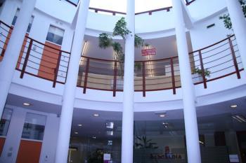 Una vez finalizadas las obras, el Ayuntamiento presentará un aspecto más moderno, abierto y accesible para la ciudadanía