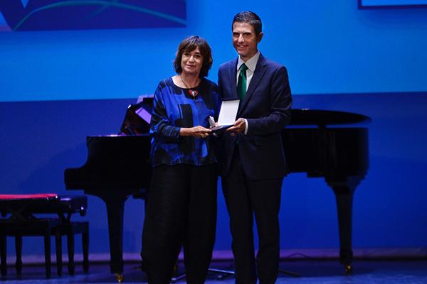 El Teatro Salón Cervantes ha acogido esta tarde la entrega de la L edición de los Premios Ciudad de Alcalá en sus diferentes categorías