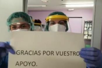 El equipo de sanitarios de urgencias devuelven aplausos como agradecimiento a los ciudadanos