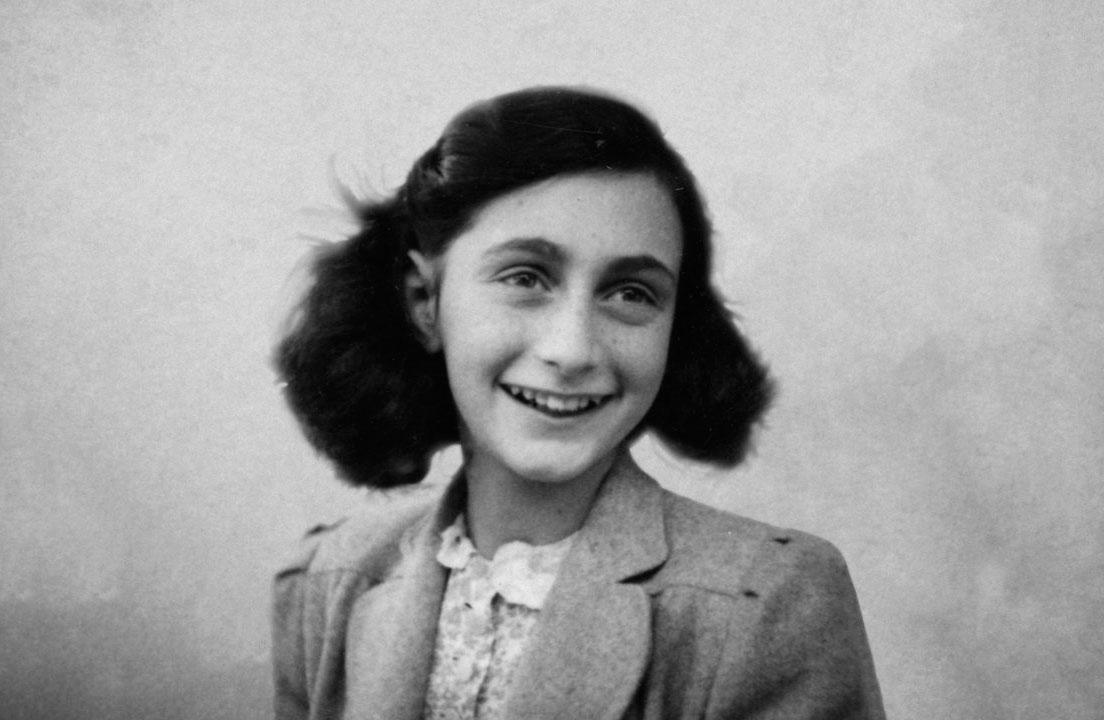 Ya puedes ver la colección de imágenes de la muestra 'Ana Frank, una historia vigente' en la sala municipal Martín Chirino