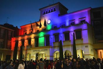 Como muestra del apoyo a la defensa de los derechos LGTBI, se iluminará el Ayuntamiento con los colores del arcoíris