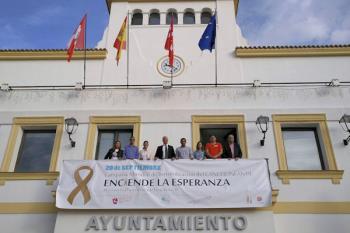 El ayuntamiento ha colocado una pancarta en su fachada del edificio como gesto de compromiso contra el cáncer infantil