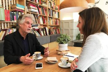Tomamos un café con una de las piezas clave del Premio Cervantes Chico