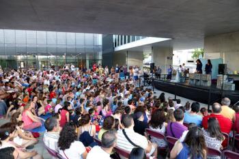 Todos los sábados, a las 20:30 horas, acude al Espacio Miguel Delibes, y los domingos, a la misma hora, en la Plaza de la Artesanía