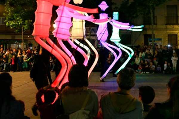Más de 80 establecimientos se sumaron a esta jornada que contó con conciertos, pase de moda, reparto gastronómico o espectáculos de luces, magia sonido y música en las calles de la localidad