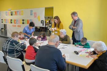 El Centro de Día para Mayores organizó el encuentro junto a los alumnos de infantil del CEIP Jaime Vera