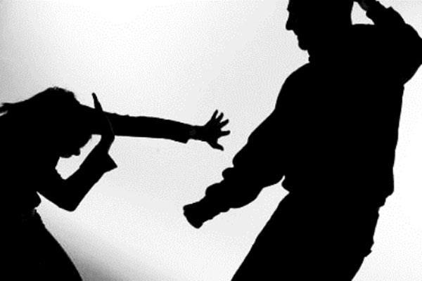 Torrejón de Ardoz guarda un minuto de silencio por las víctimas de la violencia de género
