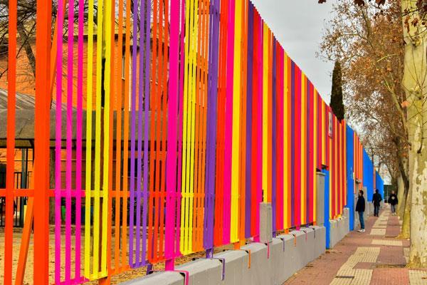 Torrejón estrena nueva imagen para los colegios con pintura multicolor en su vallado exterior