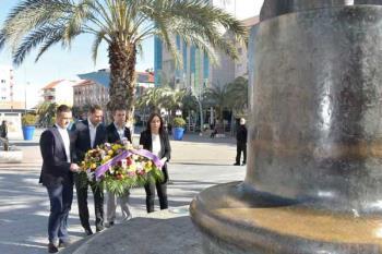 El consistorio hace un llamamiento a entidades y vecinos para depositar de manera simbólica un ramo en la escultura homenaje a las víctimas del 11-M