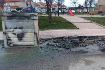 Brasas mal apagadas han provocado que los contenedores se quemen