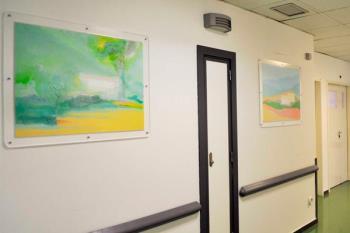 Una exposición decora los pasillos de la unidad de psiquiatría y la sala lúdica del hospital