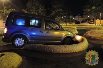 El vehículo quedó encajado en la fuente ornamental de la glorieta