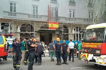 Siguen trabajando en el terreno 112 Comunidad de Madrid que están rescatando a dos trabajadores que han quedado atrapados tras el derrumbe