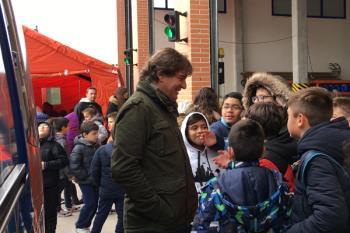 Javier Ayala ha acompañado a medio millar de escolares por las instalaciones, en la Semana de la Prevención de Incendios