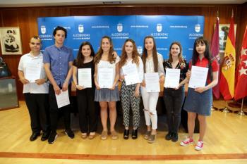 El alcalde de Alcobendas ha recibido a ocho jóvenes de nuestra ciudad para rendir un homenaje a sus trayectorias escolares
