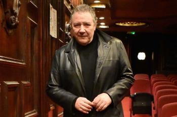 Carlos Goñi celebra tres décadas capitaneando el sello de Revólver.