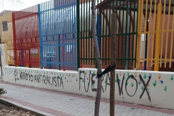 """La pintada dice """"El Arroyo antirracista, fuera VOX"""""""