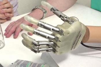Gracias a la robótica, sus dueños podrían recuperar la movilidad y también el tacto