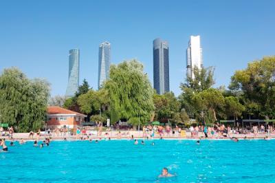 Lee toda la noticia 'Ya podemos bañarnos en las piscinas municipales de Madrid'