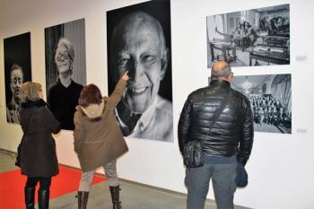 La exposición expone 23 fotografías de rostros conocidos del Cine Español
