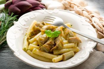 Disfruta de esta estación con un plato de pasta con alcachofas y pesto de nueces, ternera estofada con setas y fruta de temporada