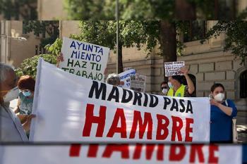 Los vecinos se han manifestado ante la Junta de Latina por la negativa del concejal presidente de admitirla en el pleno